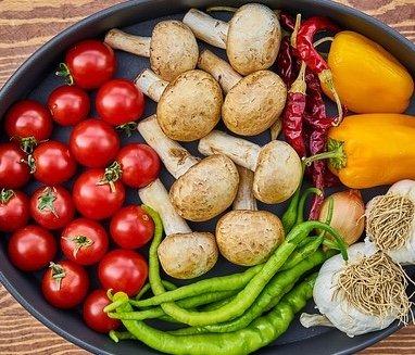 Grönsaker och svamp i ugnsform