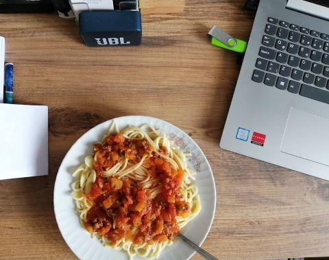 En dator och tillagad mat